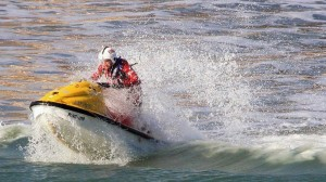 Permis bateau pour jet-ski : ccommons-IDSphotos-Coastguard_on_jetski_patrolling_the_surf